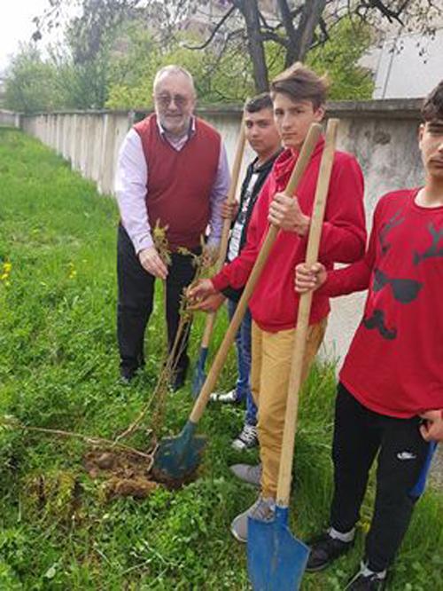 """Elevii au plantat """"arbuștii Centenarului"""" (Foto)"""