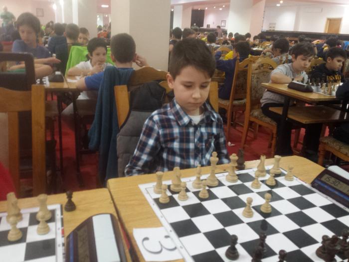 """Un copil din Satu Mare """"face legea"""" la șah. Campion național la doar 8 ani"""