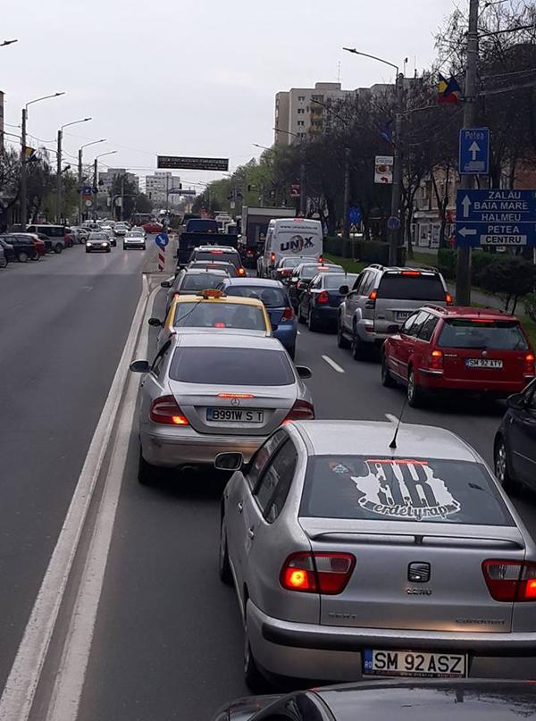 Circulație infernală ! Cozi de mașini în tot orașul ! (Foto)
