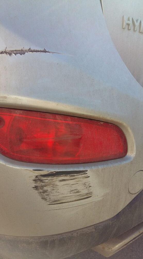 """Mașină """"șifonată"""" într-o parcare din Satu Mare (Foto)"""