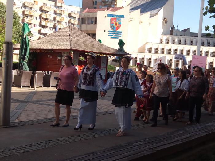 Marș în centrul Sătmarului ! Parada portului tradițional al etniilor (Foto)