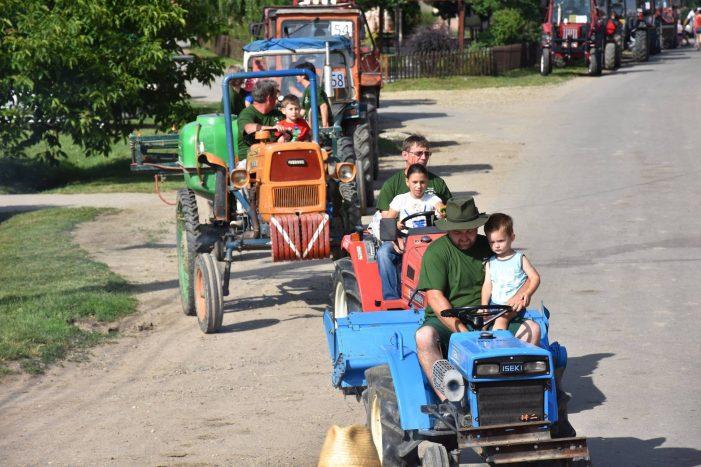 Festivalul Tractoarelor: Fermierii au facut parada pe strazile din sat (Fotogalerie)