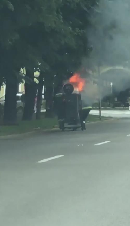 Asta da … dotare ! Utilajul Florisal a luat foc in centrul Satmarului (Foto)