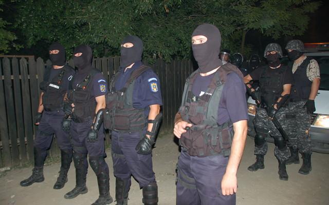 Descinderi in cartierul romilor. Ce au cautat politistii
