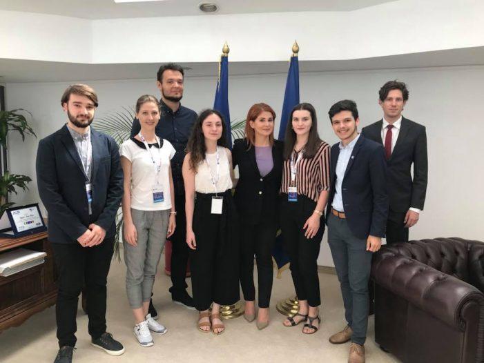 Sapte tineri stagiari la Ministerul Tineretului si Sportului. Ce spune ministrul Ioana Bran (Foto)