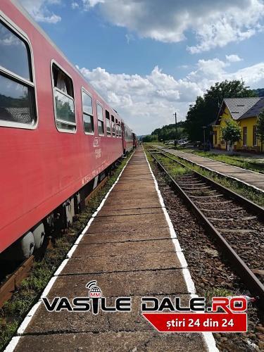 Locomotiva trenului Satu Mare – Mangalia s-a defectat. Calatorii asteapta remedierea situatiei (Foto)