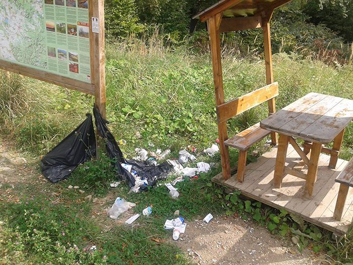 Salvamontistii trag un semnal de alarma: Munti de gunoaie lasate in natura (Foto)