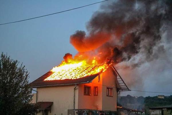Incendiu la Tasnad. O pensiune a luat foc