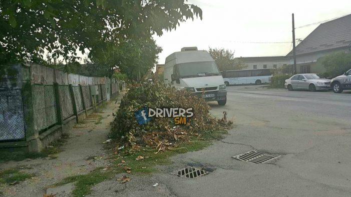 Pericol de accidente. Dubita abandonata aproape de o intersectie din Satu Mare (Foto)