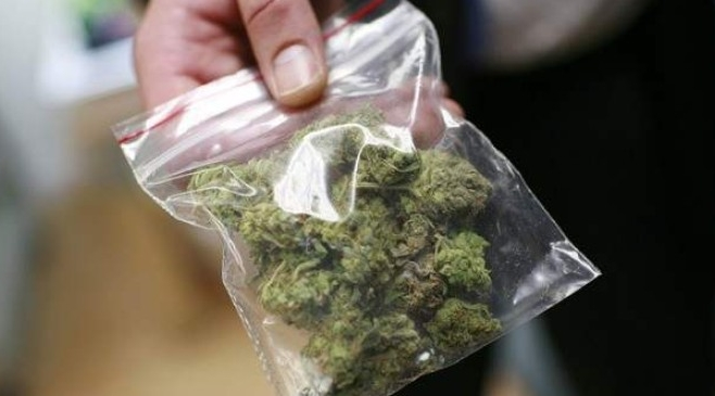 Trei tineri prinsi cu droguri pe o strada din Satu Mare