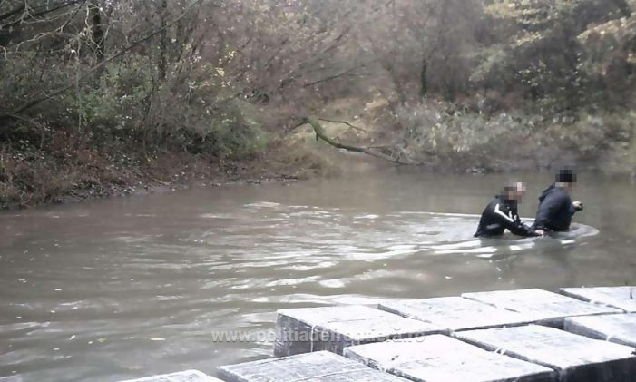 Contrabanda prin apa. Au trecut tigarile prin raul Tur (Foto)