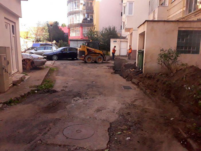 Arata ca dupa razboi ! Curtea unui bloc, distrusa de muncitorii unei firme (Foto)