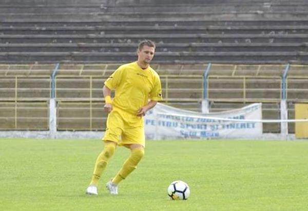 Tricouri scoase la licitatie pentru ajutorarea unui satmarean. Fotbalistul Mandi Attila are nevoie de ajutorul nostru (Foto)
