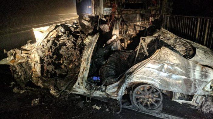 Accident teribil. Trei tineri au murit arsi in masina (Foto&video)