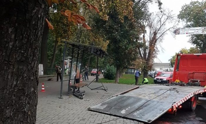A distrus cu BMW-ul o statie de autobuz (Foto)
