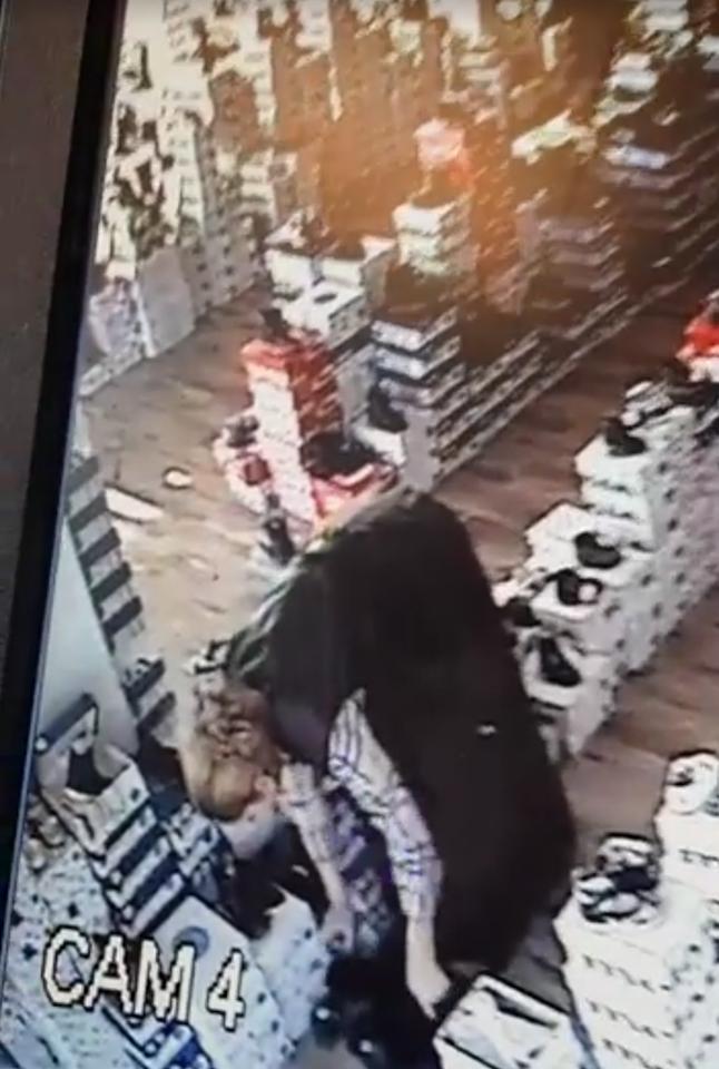 A furat o pereche de pantofi. Totul a fost inregistrat (Foto)