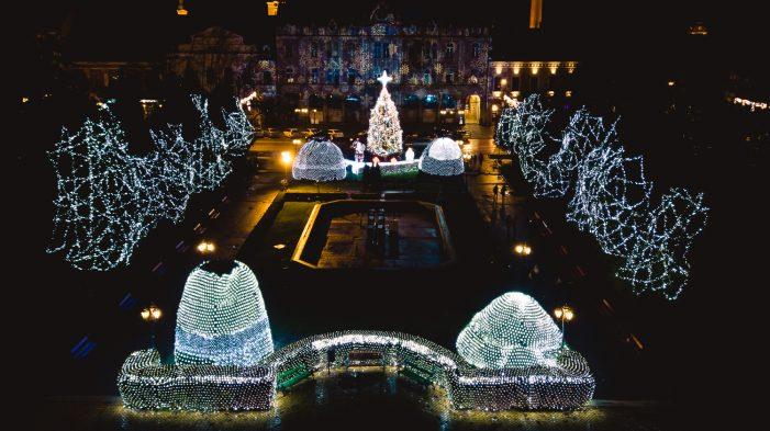Municipiul se îmbrăcă cu cele mai frumoase luminițe de Crăciun (Foto)