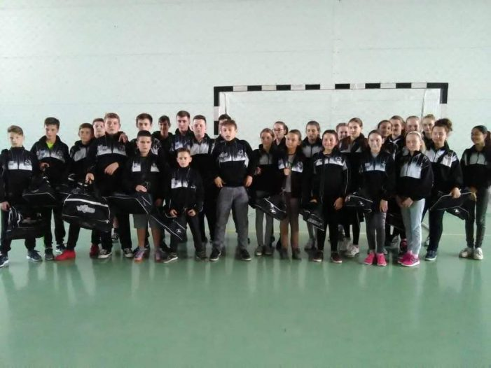 Zeci de elevi din Pișcolt au primit echipament sportiv din partea clubului Rotaract Satu Mare !