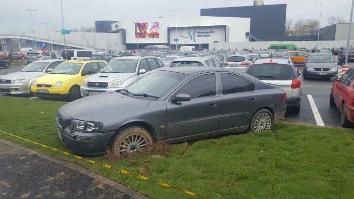 """Cu rotile in noroi. Masina impotmolita in fata mall-ului, dupa o parcare """"indrazneata"""" (Foto)"""