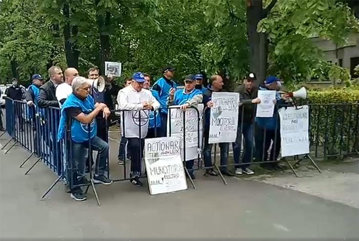 Greviștii de la Electrolux au ajuns la Ambasada Suediei (VIDEO)