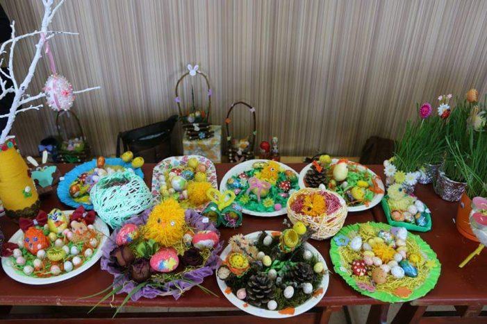 Târg de primăvară cu produse confecționate de copii (Foto)