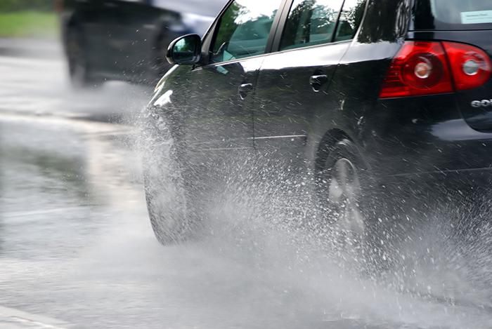 Cum să circulați pe timp de ploaie