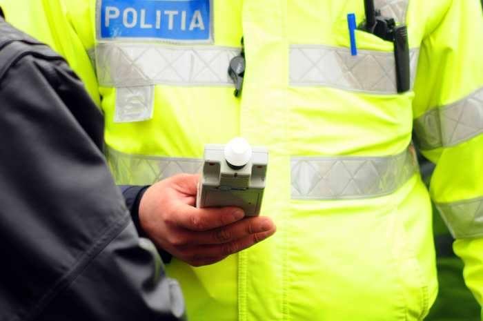 Şofer dus chiar de poliţist la bancomat pentru a scoate banii de şpagă