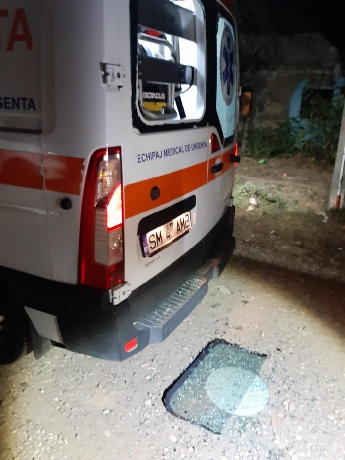 Au spart parbrizul unei ambulanțe. În interior se consulta un pacient (FOTO)