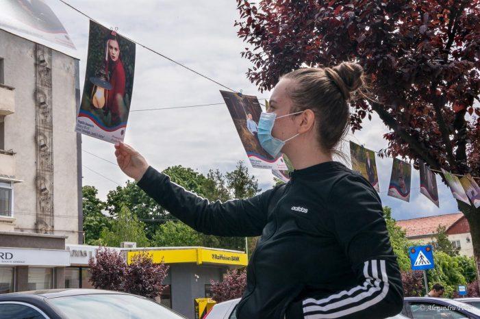 INEDIT: Fotografii cu absolvenții de liceu expuse în centrul Negrești-ului