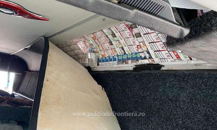 A crezut ca scapa ! A ascuns țigările în plafonul microbuzului !