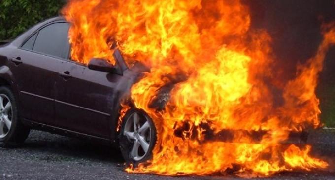 Mașina în flăcări. Traficul blocat