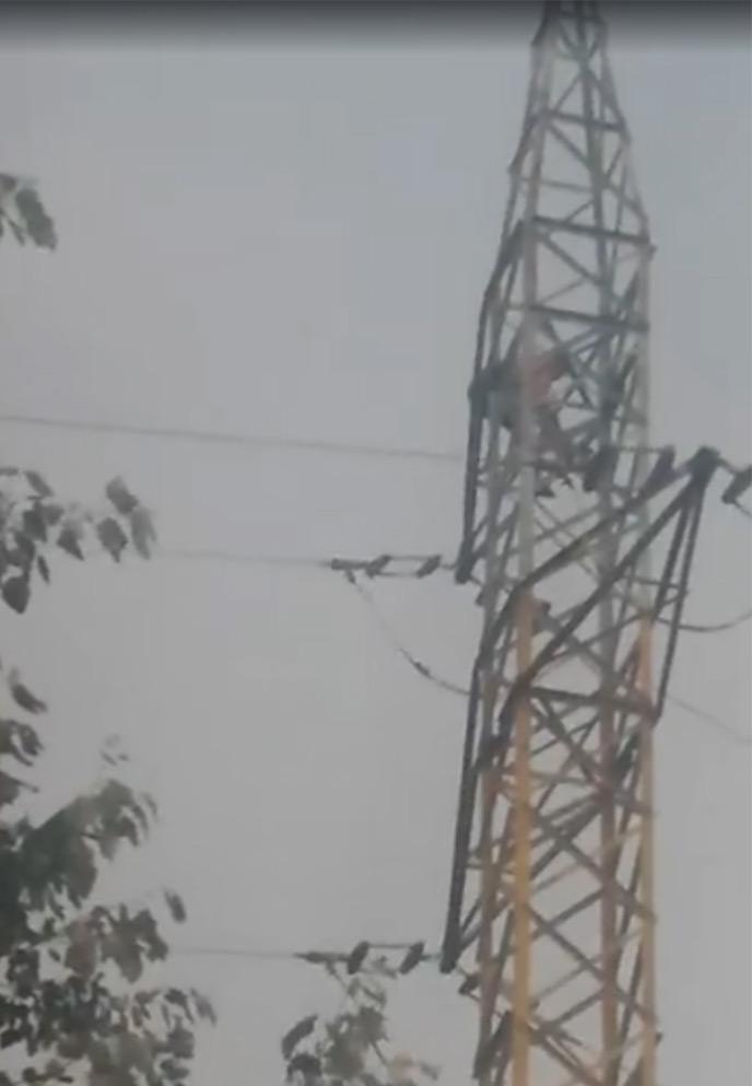S-a urcat pe stâlpul de înaltă tensiune și amenință că se sinucide(foto si video)