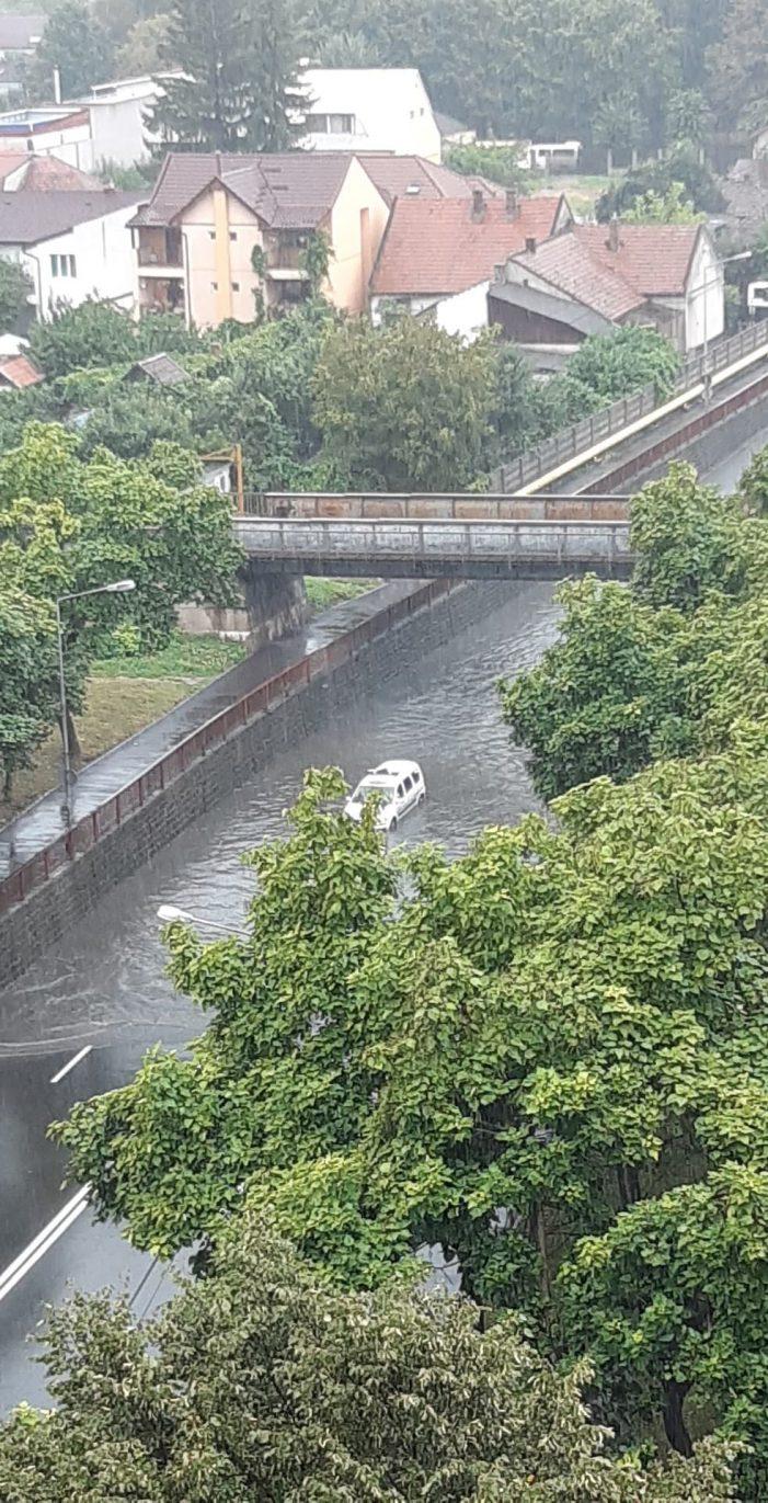 Pasajele din Soarelui și de lângă Economic, inundate ! (Foto)