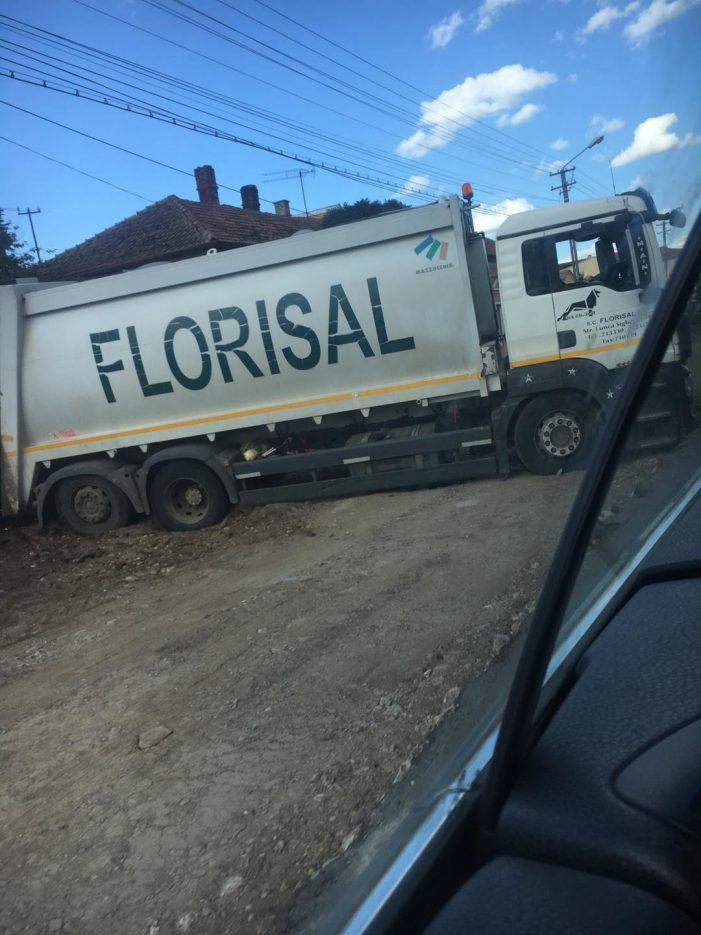 Mașina Florisal, impotmolita în asfalt (Foto)