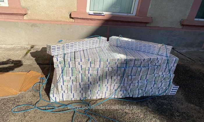 Transporta 6.700 pachete țigări ascunse în tavanul unui microbuz