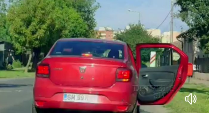 """A luat lecții de la Mr. Bean ? Cu ușa deschisă în trafic … la """"plimbare"""" prin Satu Mare (Foto)"""