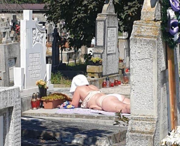 Idee morbidă ! A făcut plaja în cimitir !