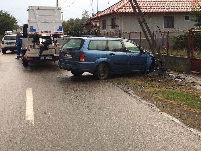 A rupt stâlpul cu mașina. Șoferul are 17 ani (Foto)