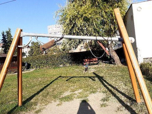 Spațiul de joaca arata ca după război ! Copiii, în pericol la tot pasul ! (Foto)