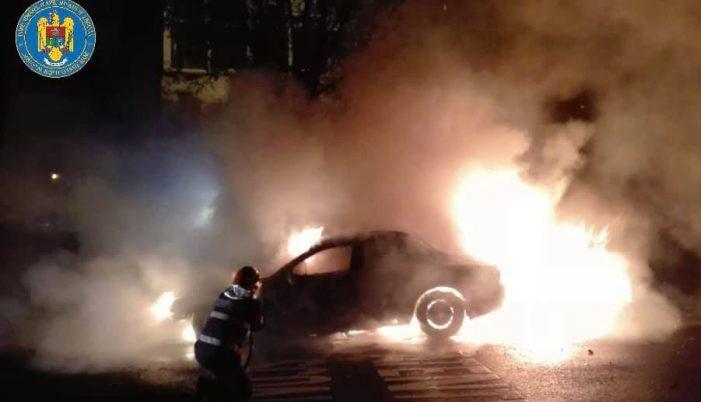 Ce spun pompierii despre mașina care a luat foc în Satu Mare. A ars aproape în totalitate (Foto)