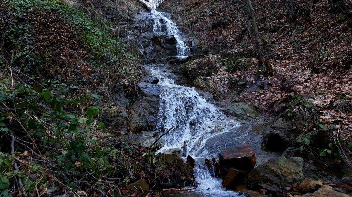 Frumuseți ascunse – Cascada de pe Valea Baii. Este cea mai mare cascada din judet (Foto)