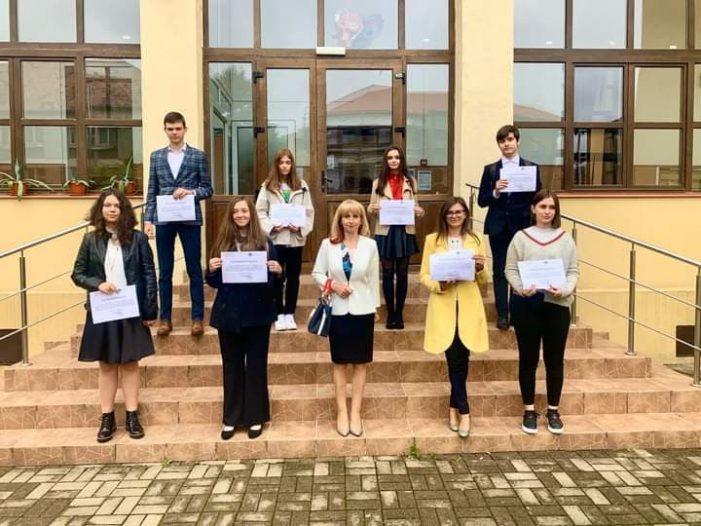 Elevii de nota 10 la Evaluarea Nationala si Bacalaureat, premiati (Foto)