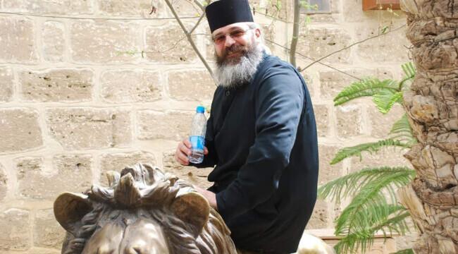 Preotul care se jura pe gargara cu apa sarata și tuica pentru a învinge COVID-ul, a fost diagnosticat pozitiv