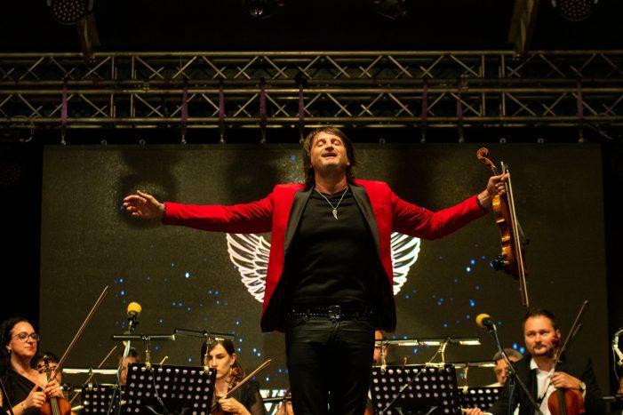 """Seara de poveste în centrul Satmarului ! Arcusul viorii """"dansa"""" sub acordurile muzicii rock ! (Foto)"""