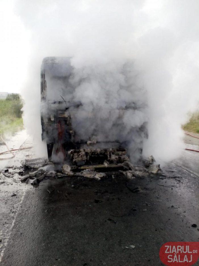 Drum blocat. Un camion a luat foc ! (Foto)