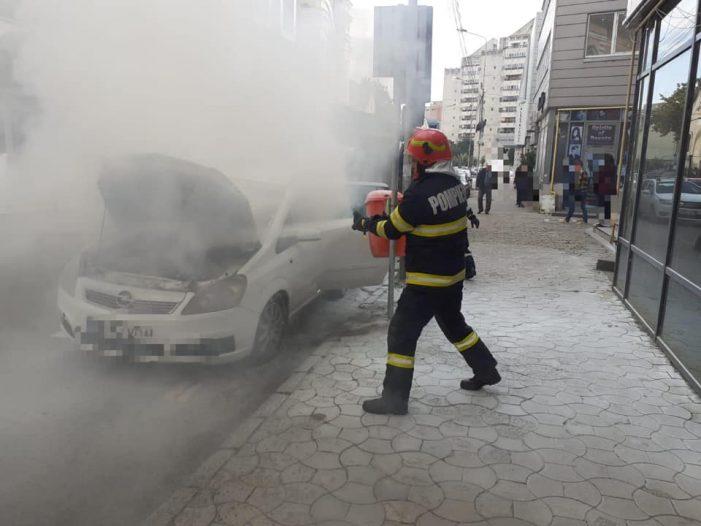 Incendiul la mașina de pe Decebal, produs de un scurtcircuit (Foto)