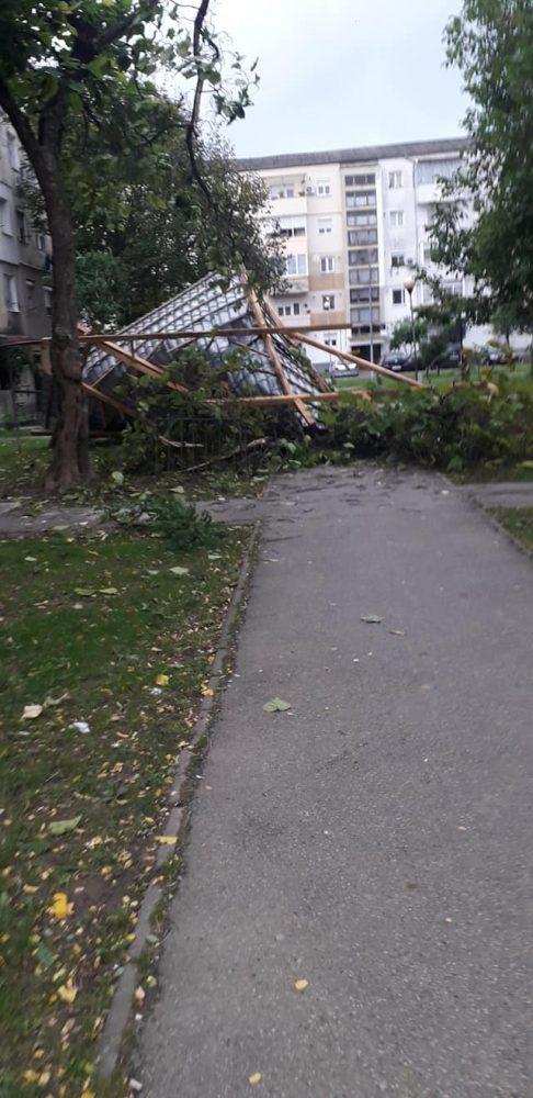 Vântul puternic face ravagii la Satu Mare. Acoperiș smuls de rafale (Foto)
