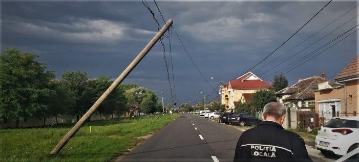 Stalpi rupti de vânt, pe o strada din Satu Mare (Foto)