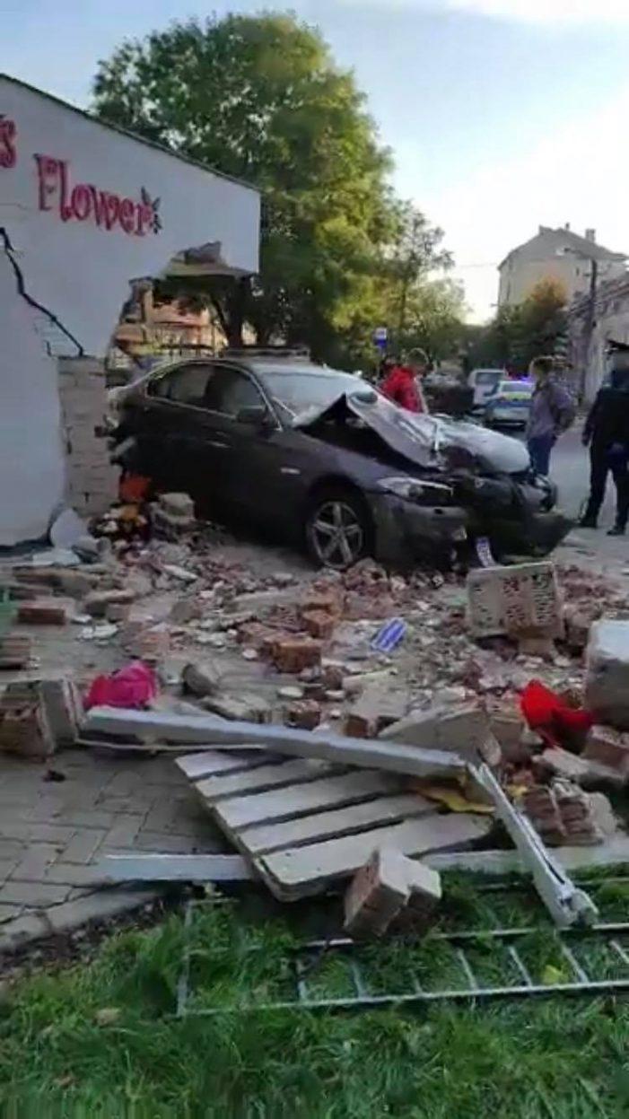 Accident grav langa Spitalul Vechi. A intrat cu masina in florarie (Fotogalerie)