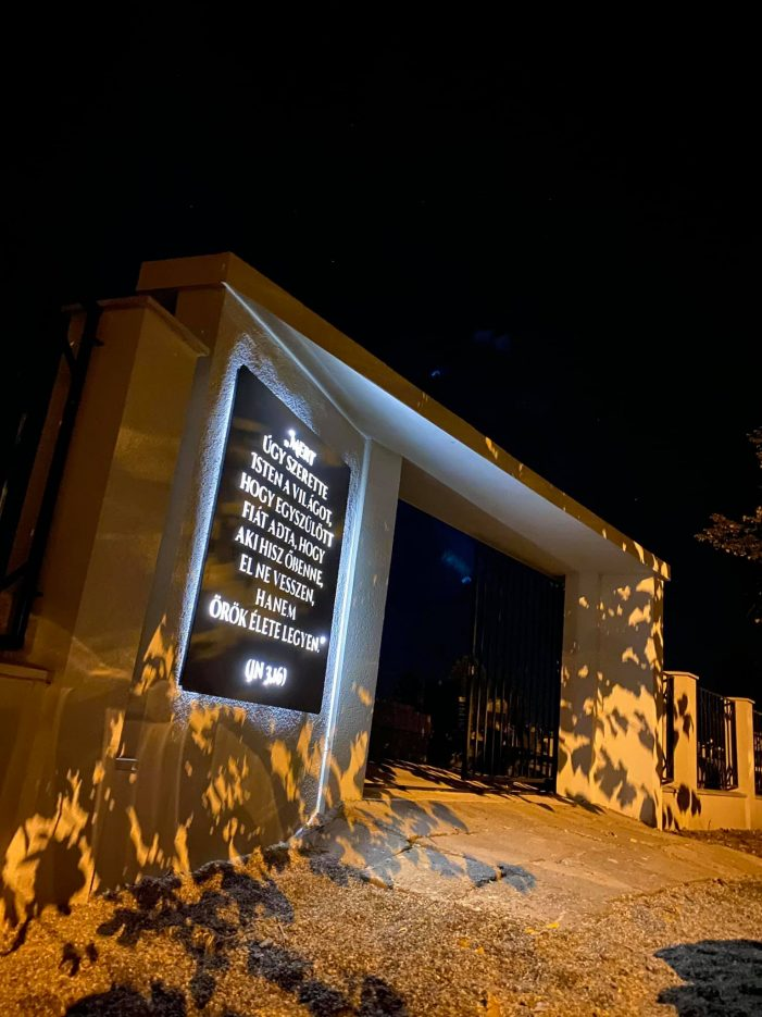 "Mesaj luminos inedit la un cimitir din Satu Mare. Impact vizual unic: ""Exista Speranta"" (Foto)"
